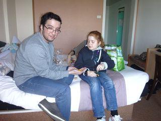 Mehdi aide Alison à remplir les petits pots de M&M's