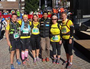 Pour leur premier trail,l' Ultraks de Zermatt et une photo de départ avec Dawa Sherpa pour Caroline, Caro et Raphy, accompagnées par Vincent et Carole