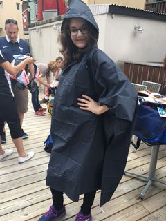 Elodie, au top dans son poncho de pluie