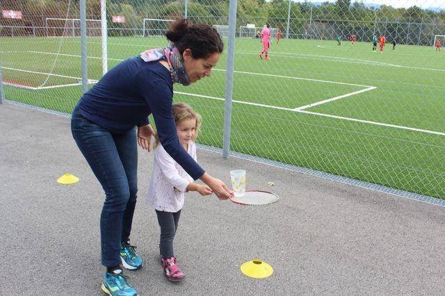 Shirine, aidée par Alicia transporte un maximum d'eau sur sa raquette.