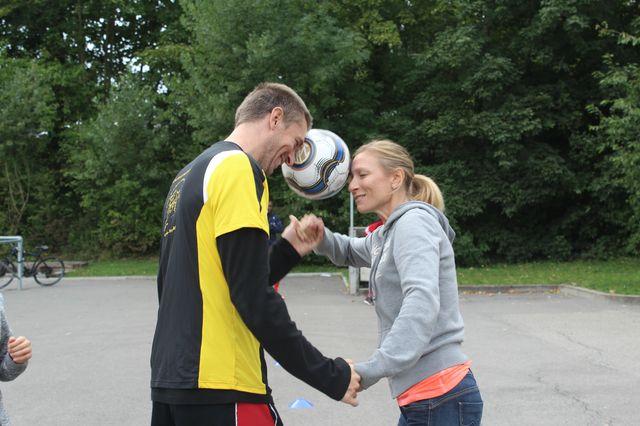 Yann et Stéphanie dans le parcours avec le ballon en équilibre.