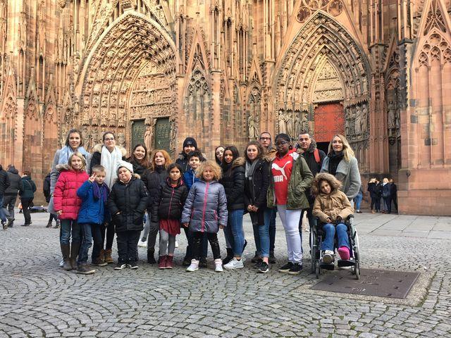 Les enfants devant la cathédrale mais sans la pluie !
