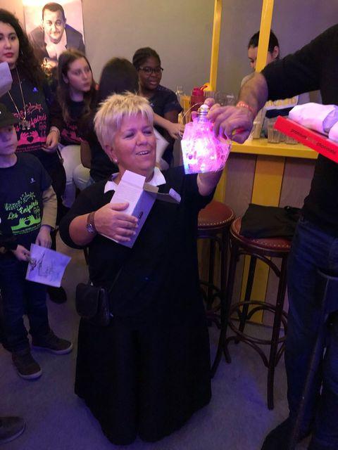 Mimie découvre notre bricolage, une ampoule lumineuse décorée par les enfants